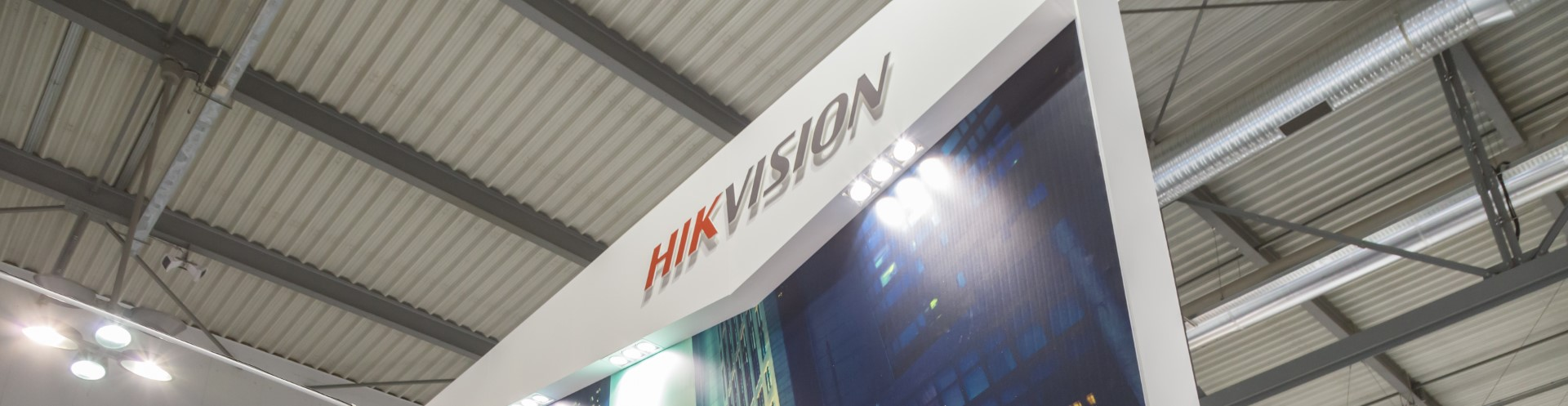 Hikvision Logo am Messestand